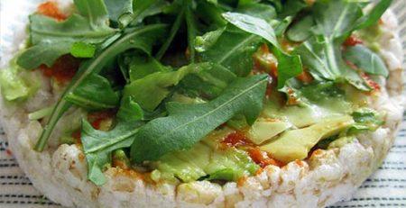 Рисові хлібці з рукколою і авокадо