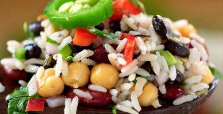 Вегетаріанський салат з диким рисом, квасолею та горохом