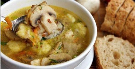 Гречаний суп з грибами і картопляними галушками