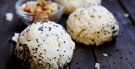 Кунжутні рисові кульки з карамелізованою цибулею