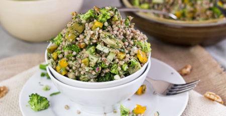 Салат з гречкою, овочами та оливками